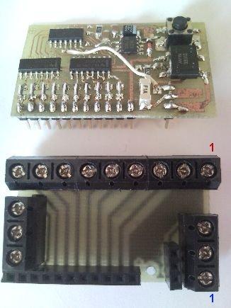 Osazený dekodér a přídavná deska svorkovnic.